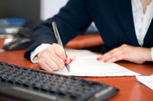 thư ký ghi nhận lại thông tin xuất hóa đơn